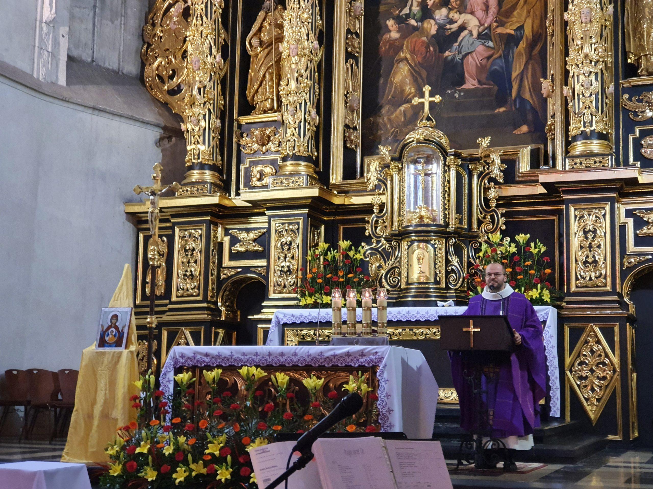 ołtarz w kościele i ksiądz prowadzący mszę